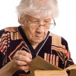 The elderly woman reads the book — Stock Photo