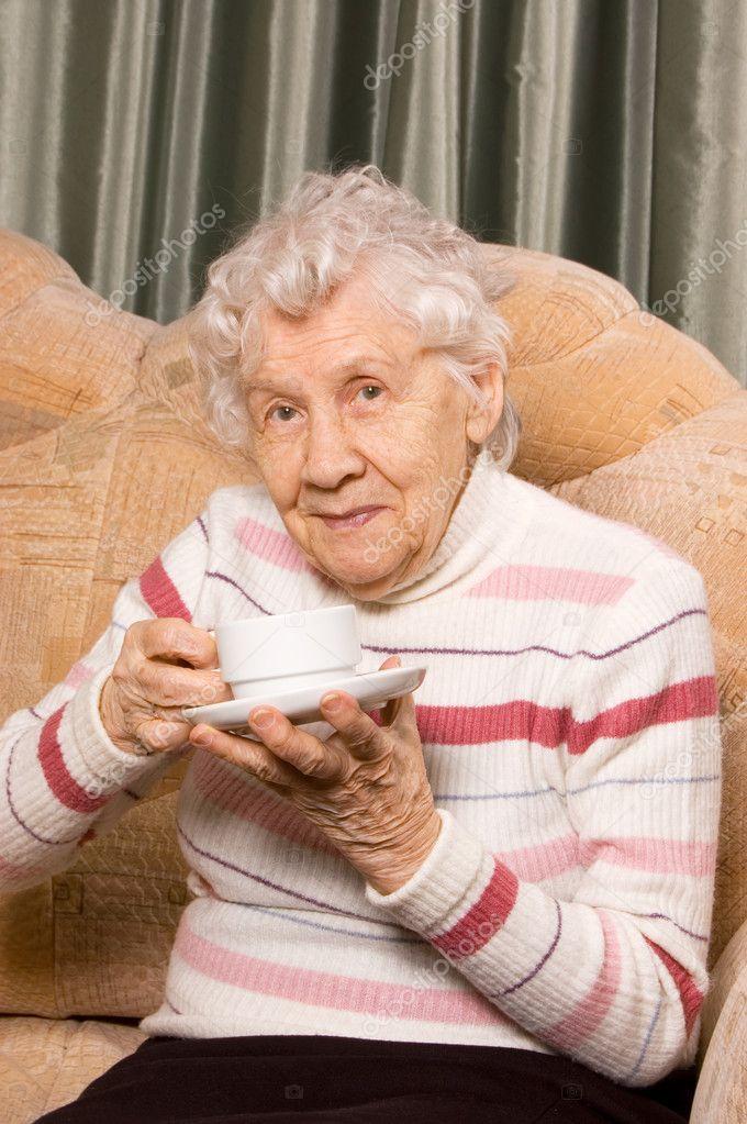 бабушка на диване