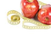 Pomme rouge avec ruban isolé sur fond blanc — Photo