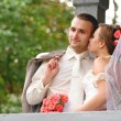 Groom and bride kis — Stockfoto