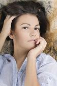 Bellissima giovane donna che giace in una pelliccia — Foto Stock