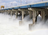 Reset of water at hydroelectric power station on the river — Foto de Stock