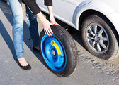 Woman changing the wheel — Stock Photo
