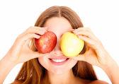 リンゴと魅力的な若い白人女性の肖像画 — ストック写真