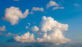 White fluffy cumulus clouds on a blue sky — Stock Photo