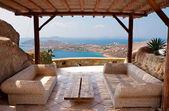 Veranda con mobilia di vimini in un hotel — Foto Stock