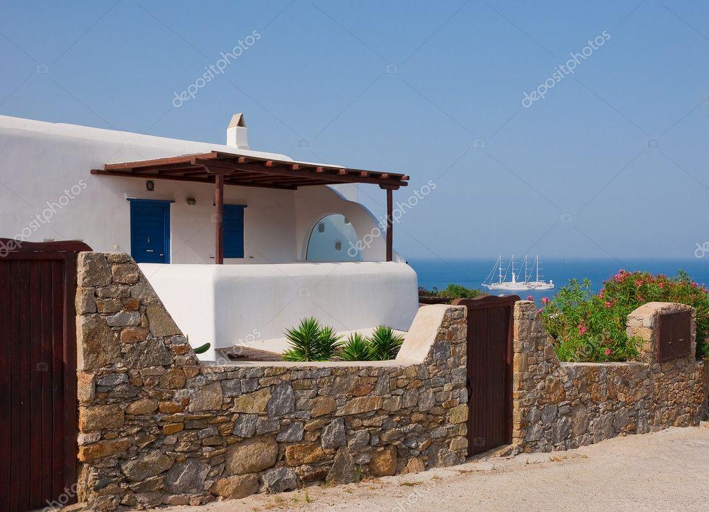 Casa blanca detr s de una valla de piedra foto de stock - Vallas para casas ...