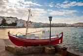 Chora mykonos Bay mavi gökyüzünün ve küçük restauran bir arka plan — Stok fotoğraf