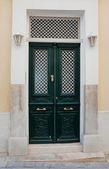 白いライトを持つ古典的な緑の通りドア — ストック写真