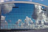 Reflejo del cielo en windows del moderno edificio. fondo. — Foto de Stock