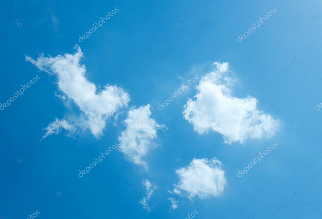 在深蓝色的天空的白云— photo by gudella