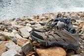 Scarpe sulle rocce — Foto Stock