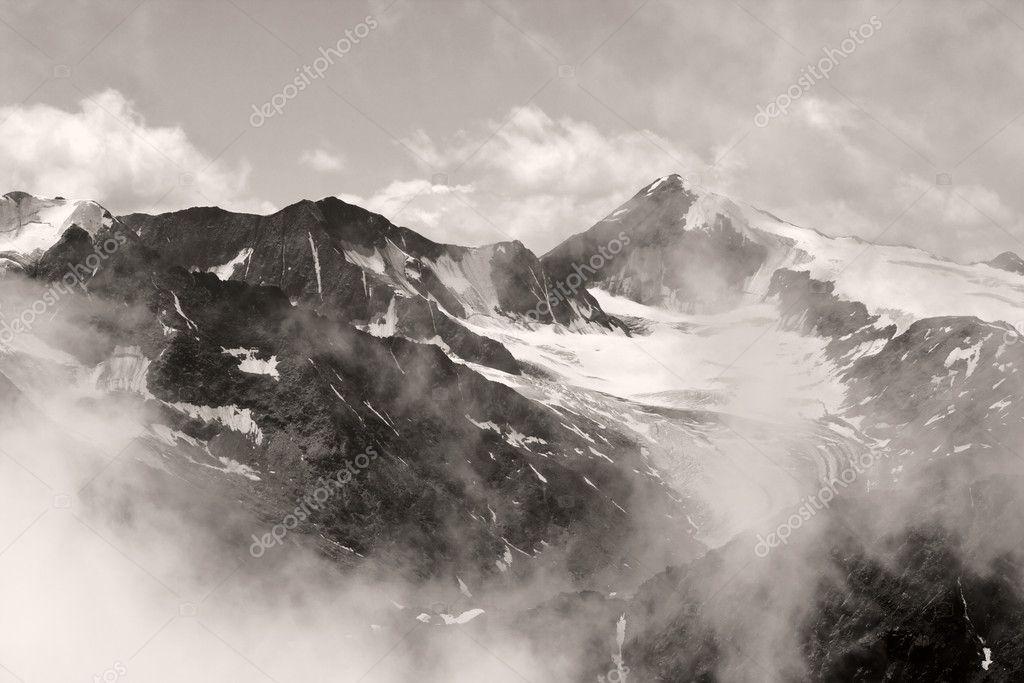 高山景观的黑白图像