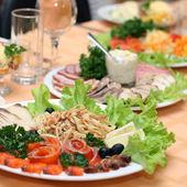 Tisch im Restaurant abgedeckt — Stockfoto