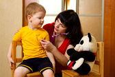 女人用听诊器儿童检验 — 图库照片