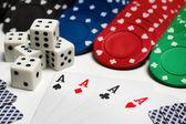 Poker: kort - fyra ess, chips och tärningar — Stockfoto