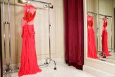 Röd klänning i butiken — Stockfoto