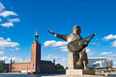 Evert Taubes monument and Stockholm city hall — Stock Photo