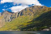 Norska fjordar: berg, blå himmel — Stockfoto