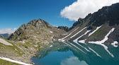 Lago di pietra rossa, alpi italiane — Foto Stock