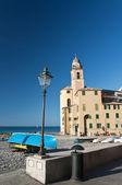 Camogli, nad morzem i kościół — Zdjęcie stockowe