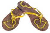 Gelbe flip flop-sandalen mit herzen — Stockfoto