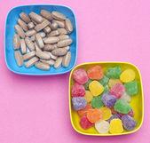 Pillen wie süßigkeiten essen — Stockfoto