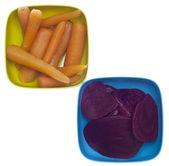 Tigelas coloridas de enlatados cenoura e beterraba — Foto Stock