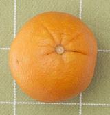 Yeşil zemin üzerine taze turuncu — Stok fotoğraf