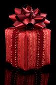 Rote geschenk auf schwarz — Stockfoto