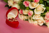 Two rings and a bouquet of roses — Stock Photo