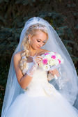 Bride holding a bouquet of hand — Stock Photo