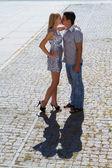 Jongen en meisje kus. — Stockfoto