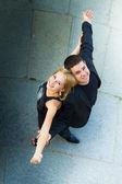 Chico y chica vestida de negro mirando hacia arriba. — Foto de Stock