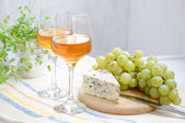 Two glasses of wine, grapes and blue cheese — Stock Photo