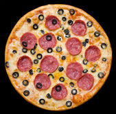 Pizza with peperoni and olives, clipping path — Φωτογραφία Αρχείου
