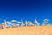 белый песок с идеальным солнечным небом в летнее время — Стоковое фото