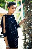 çitin yanında güzel bir kadın — Stok fotoğraf