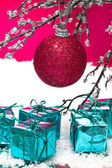Red Christmas ball and presents on winter tree — 图库照片