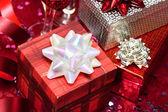 Presentförpackning med rött hjärta och glas — Stockfoto