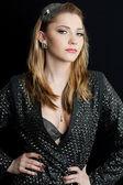 Siyah arka plan üzerine güzel bir moda kadın — Stok fotoğraf