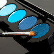 Make-up eyeshadows and cosmetic brush — Stockfoto