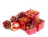 节日礼品盒与锥隔离在白色背景上 — 图库照片