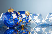 Bolas de navidad decoración con cinta — Foto de Stock