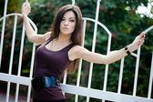 Belle fille près de la clôture — Photo