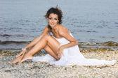 красивая женщина возле моря — Стоковое фото