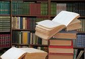 Otworzyć książki w bibliotece — Zdjęcie stockowe