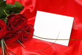 Roses rouges et carte d'invitation — Photo