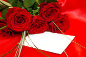 Red roses and invitation card — Foto de Stock