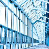 стеклянный коридор в офисе — Стоковое фото